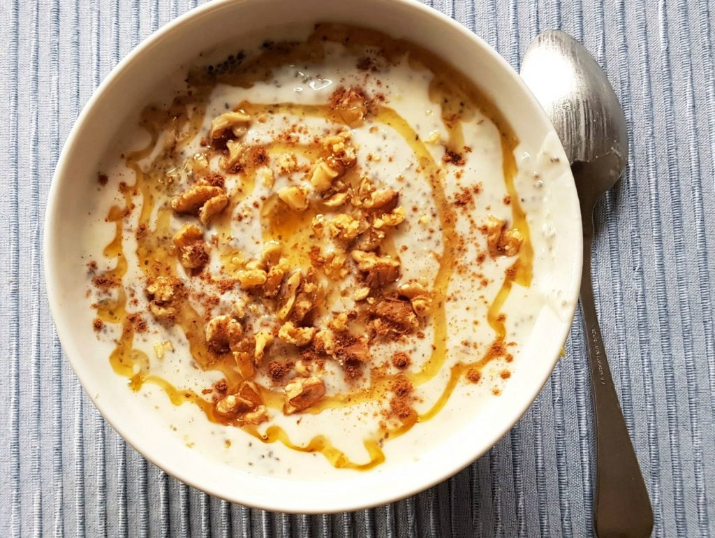Schüssel mit Chiajoghurt, Walnüssen, Honig